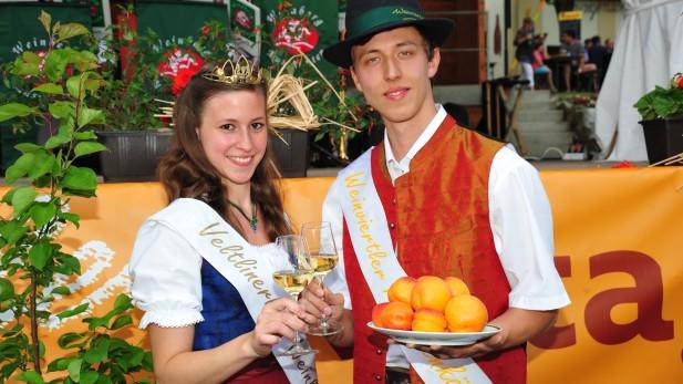 PR Bild Vino Versum Poysdorf, Veltlinerland Weinkönigin und Weinviertler Marillenkönig am Weinviertler Kirtag © Bodensteiner