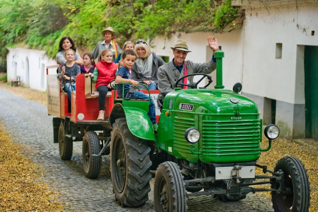 PR Bild Vino Versum Poysdorf Traktorrundfahrt © Michael Loizenbauer