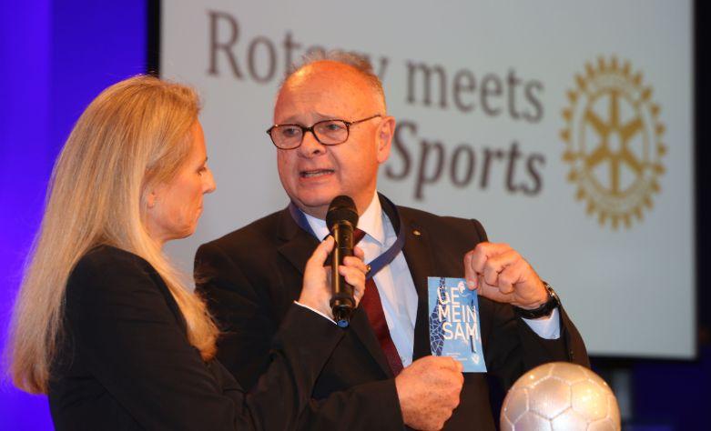 Regina Preloznik und District Governor Ismail Sadek copyright Gerhard Deutsch