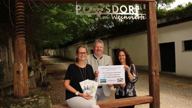 Vino Versum Poysdorf Tourismus - Tourismuszahlen - Rekord - v. l. n. r.: Vino Versum Geschäftsführerin Susanne Derler, Bürgermeister Thomas Grießl, Stadträtin Gudrun Sperner-Habitzl © Vino Versum Poysdorf Tourismus