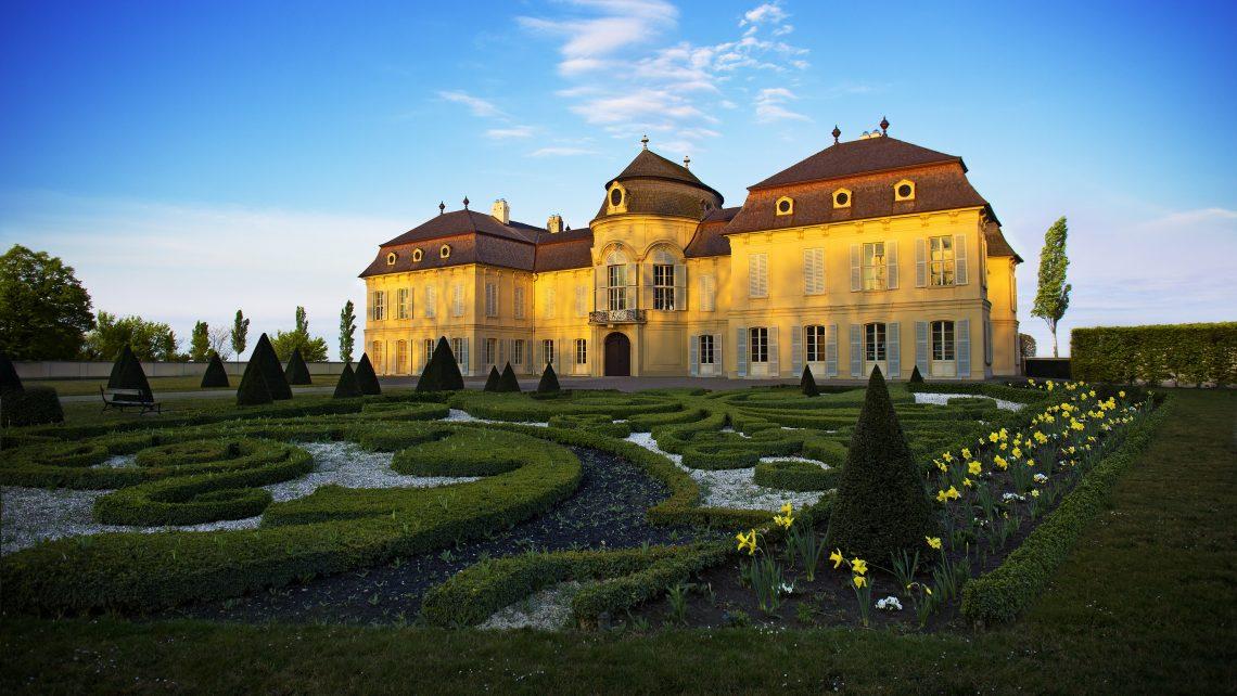 Tag des Denkmals PR Bild Schloss Niederweiden Außenansicht Dämmerung mit Garten